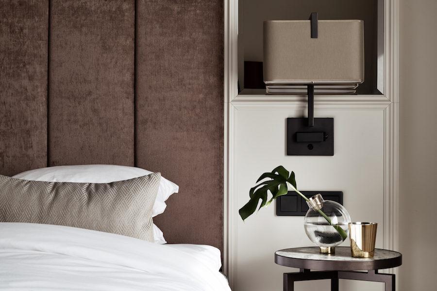 Bank Hotels hotellrum i naturnära toner och lyxiga materialval.