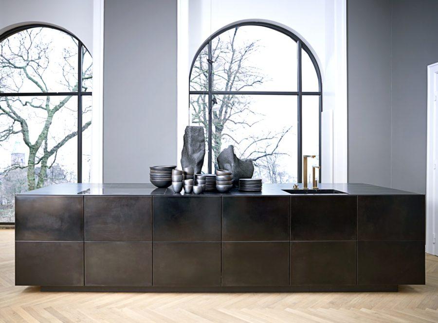 Danska Multiforms kök Form 45 är gjort i oxiderat stål.