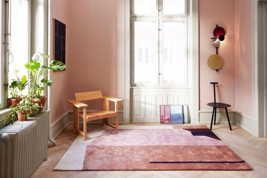 Arqui mattan i rosa toner liggandes på golvet i ett rosa rum.