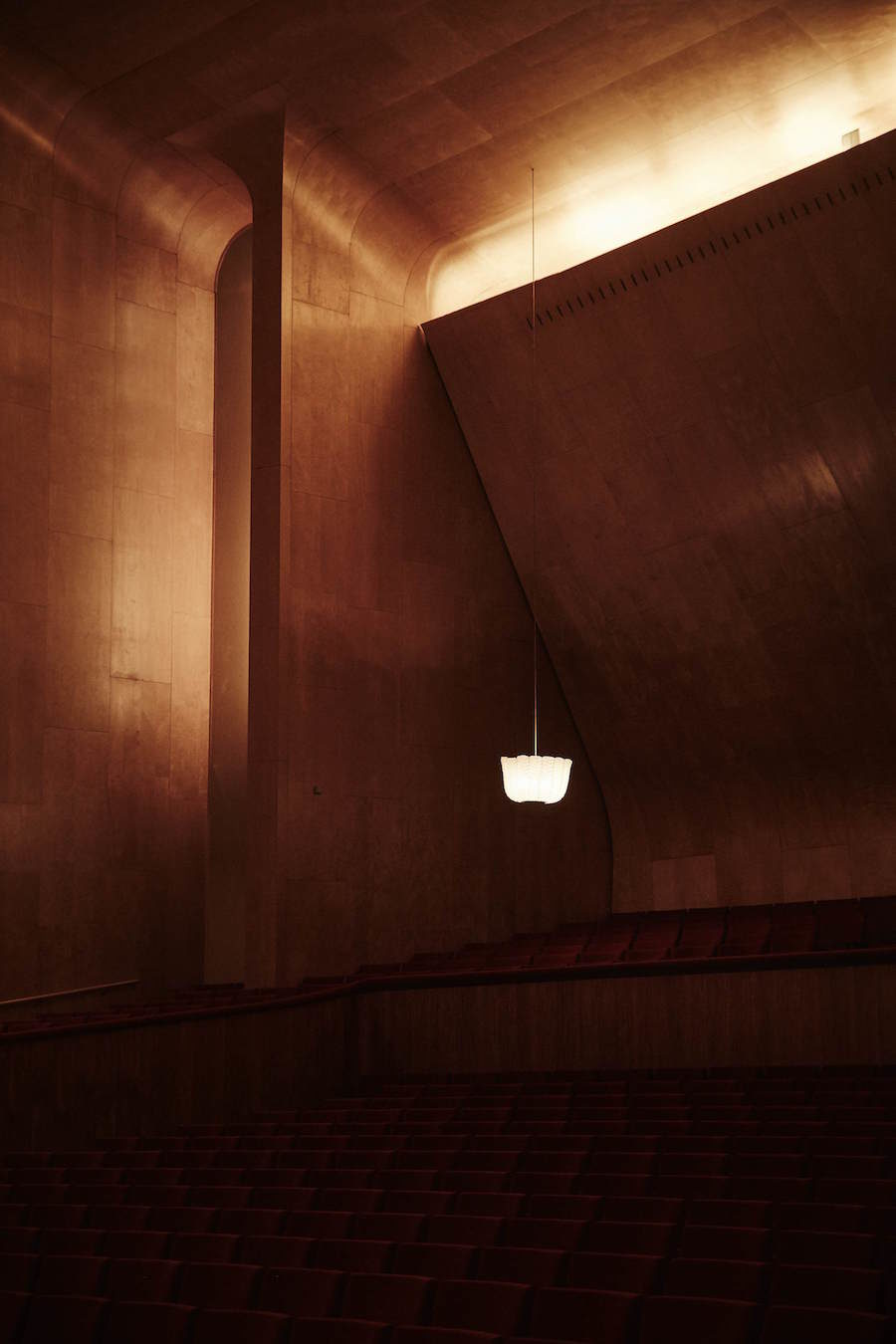 Ensam lampa i dunkel omgivning inne på Göteborgs Konserthus.