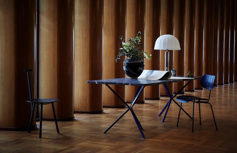Stolar, bord och lampor stylat av Artilleriet