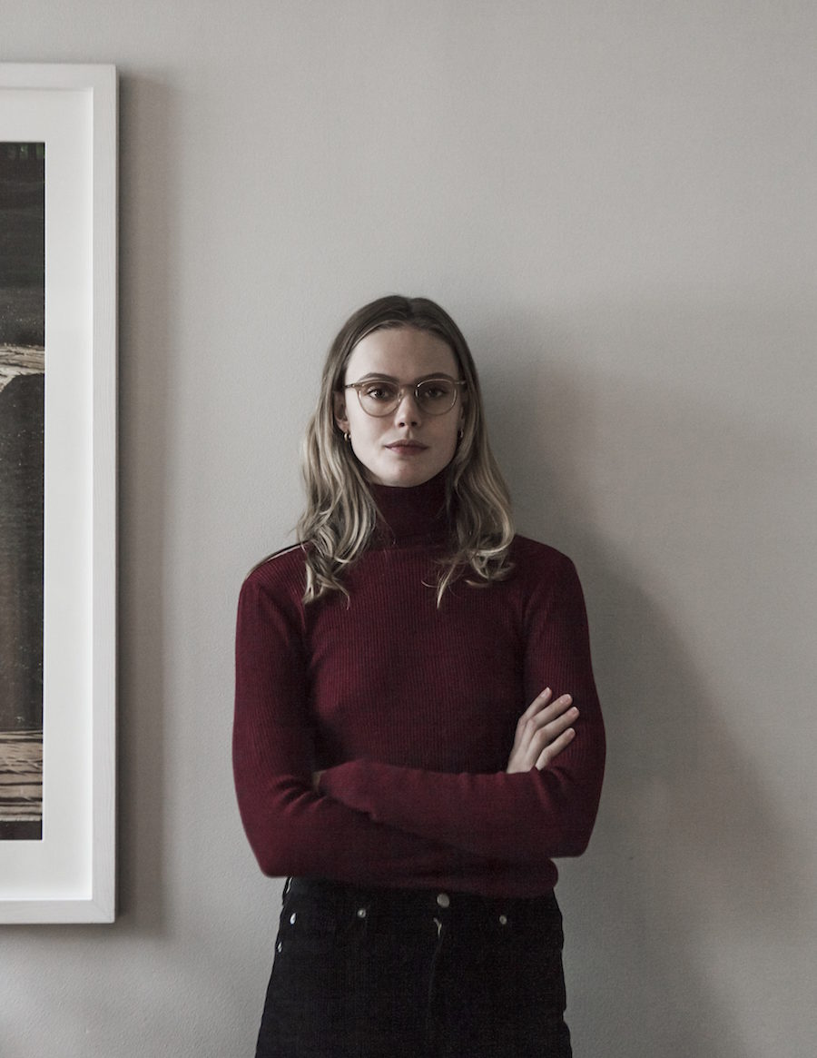 Supermodellen Frida Gustavsson i röd polotröja i sitt hem på Mosebacke.