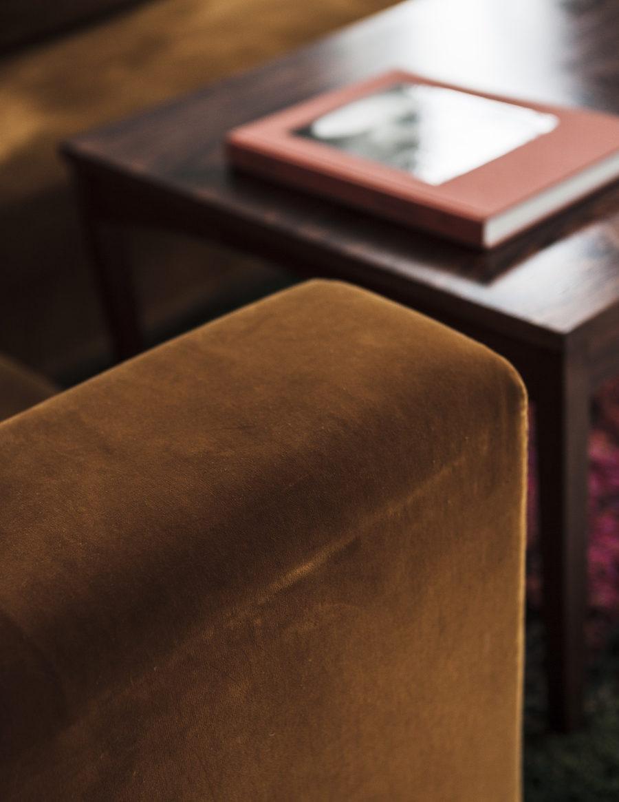 Brun sammetssoffa hemma hos Frida Gustavsson och Marcel Engdahl.