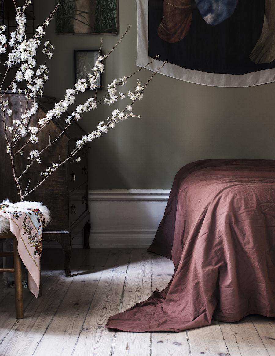 Textilt konstverk av Malin Gabriella Nordin, scarf Hermès, stol Nesto, säng Hästens, sekreterären är arvegods hemma hos Frida Gustavsson och Marcel Engdahl.