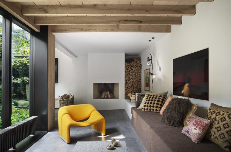 Gul fåtölj och brun soffa hemma hos Peter Krasilnikoff.