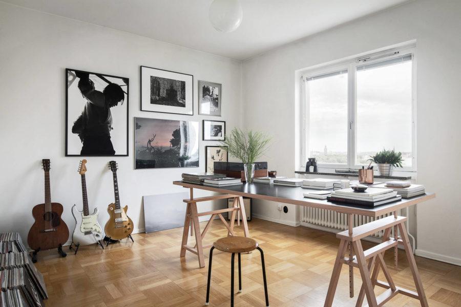 Gitarrer och fotokonst hemma hos Pelle Almqvist.