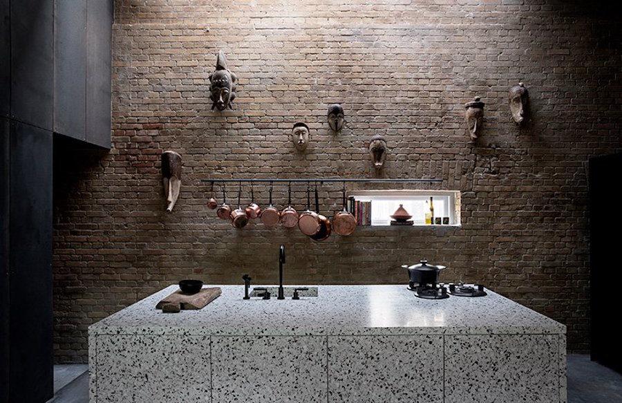Kök i terrazzo och tegel i industristil hemma hos Peter Krasilnikoff, ritat av Studio David Thulstrup.