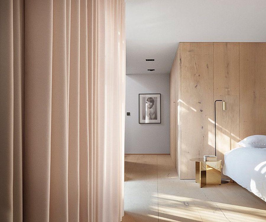 Ljust sovrum hemma hos Peter Krasilnikoff, ritat av Studio David Thulstrup.