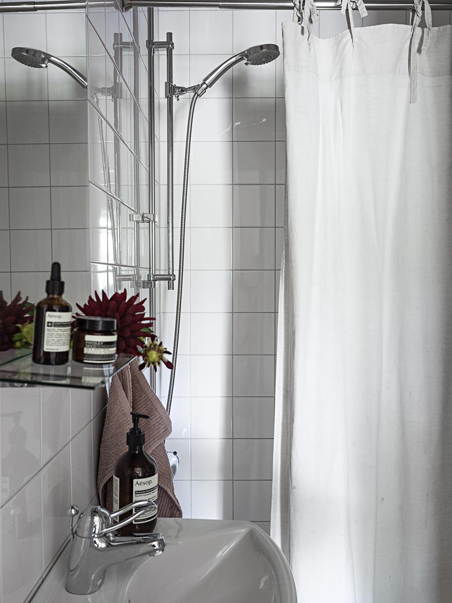 badrum med tvålar, krämer, duschdraperi