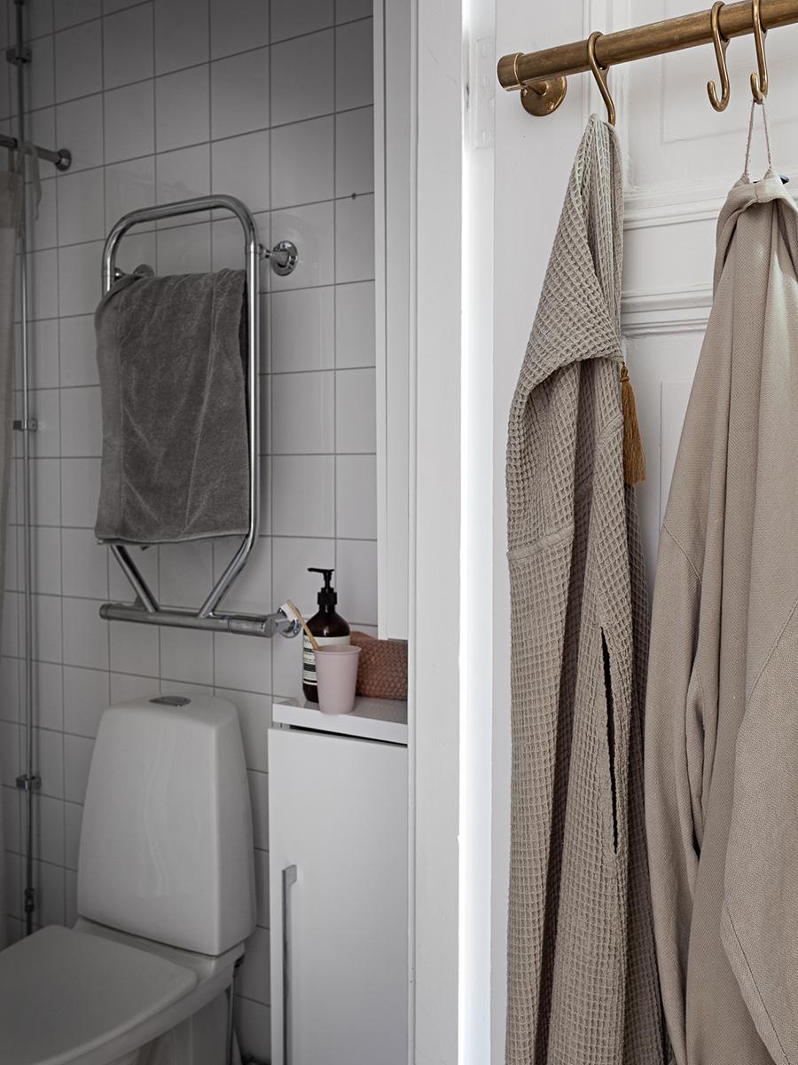badrum med handdukar och badrock