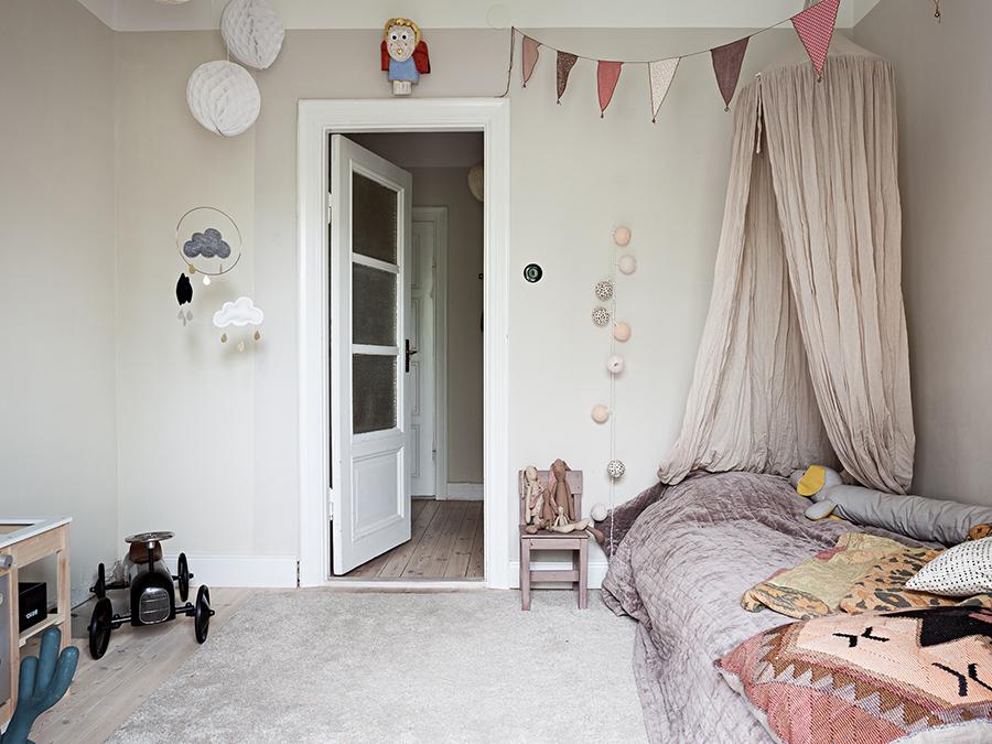 barnrum med sänghimmel, spegeldörr