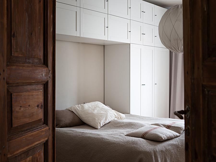 säng i sovrummet, spegeldörr