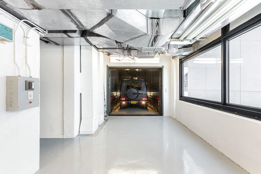 New York etage Engelbert bilhiss med bil inomhus