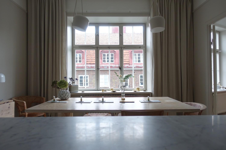 """Mina långa linnegardiner vid matsalsbordet i köket. Som är så långa att de bildar en vacker """"hög"""" tyg på golvet."""