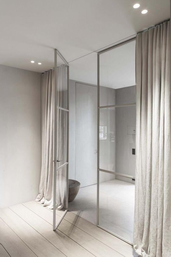 Långa vackra gardiner av Vincent Van Duysen.