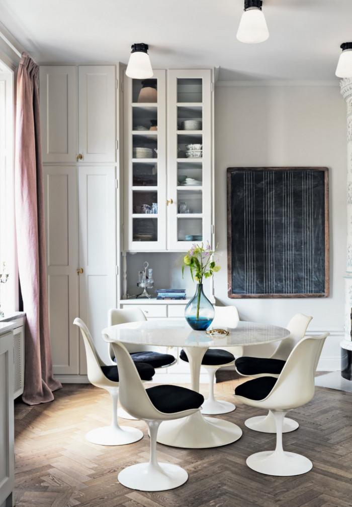 rundt-spisebord-marmor-lejlighed-stockholm-See93OFo_yrn5xmXCayhpA